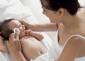 как протирать глазки новорожденному