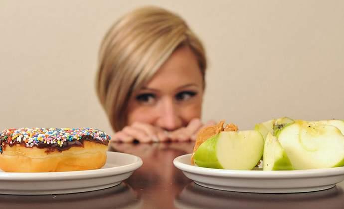 Кормящей маме придется пересмотреть свой рацион питания и отказаться от любимых продуктов в сторону полезных для ребенка