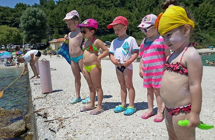 дети на пляже Крита