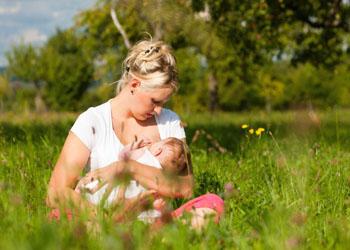 Как правильно кормить новорожденного грудью