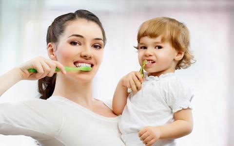 почему на зубах появляется черный налет и что с ним делать