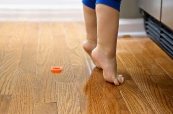 маленький ребенок ходит на носочках
