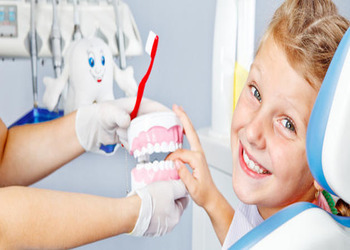 почему у ребенка черный налет на зубах и как его убрать