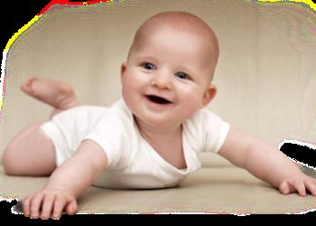 ребенок лежит на животе с целью профилактики пупочной грыжи