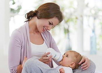 Как правильно кормить новорожденного ребенка смесью