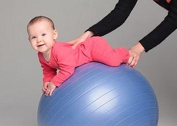 Польза упражнений на фитболе для младенцев