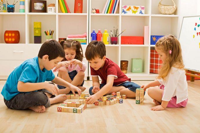 гости в детской комнате для двух мальчиков