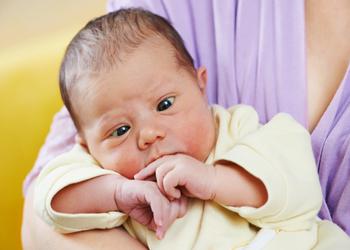 почему у новорожденного косят глазки