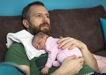 почему новорожденный кряхтит и тужится во сне и как организовать здоровый сон